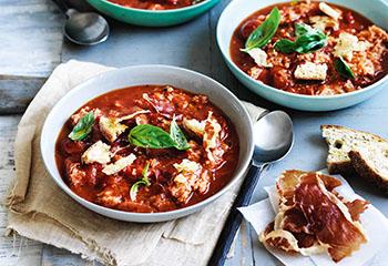 Tomaten-Brotsuppe mit Prosciutto Foto: © Ben Dearnley