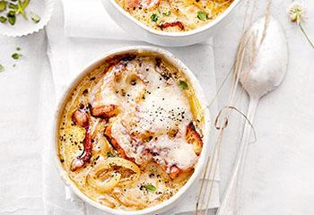 Überbackene Zwiebelsuppe mit Käse und Speck Foto: © Thorsten Suedfels