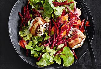 Rote-Rüben-Karotten-Salat mit Ziegenkäse und Speck Foto: © Thorsten Suedfels