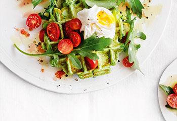 Kräuterwaffeln mit pochiertem Ei und Rucola-Tomaten-Salat Foto: © Thorsten Suedfels