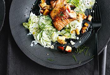 Gefüllte Schweinsschnitzel mit Gurkensalat Foto: © Thorsten Suedfels