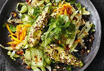 Avocadosalat mit Mango und Nüssen Foto: © Thorsten Suedfels