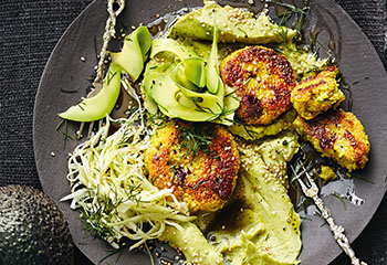 Couscous-Laibchen mit Avocadocreme und Krautsalat Foto: © Thorsten Suedfels