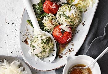 Spinatknödel mit Tomaten, Lauch und Parmesan Foto: © Walter Cimbal