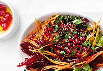 Rote-Rüben-Salat mit Karotten, Granatapfel, Mohn und Sesam Foto: © Thorsten Suedfels