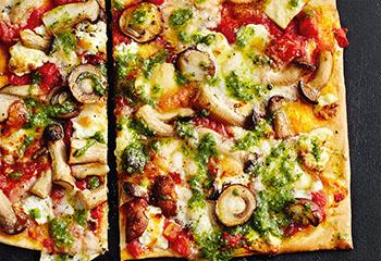 Pizza mit Pilzen, Käse und Pesto Foto: © Thorsten Suedfels