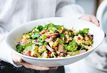 Lamm-Karfiol-Salat mit Kräutern und Granatapfeldressing Foto: © William Meppem