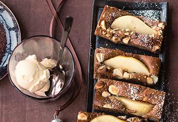 Lebkuchen-Birnen-Brownies mit Bourbon-Vanilleeis Foto: © Wolfgang Schardt