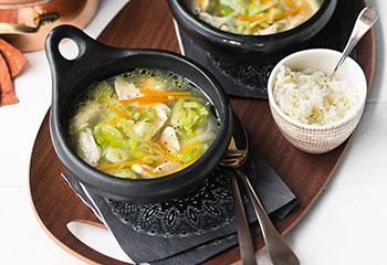 Hühnersuppentopf mit Gemüse und Reis Foto: © Wolfgang Schardt