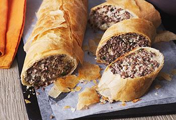 Fleisch-Kraut-Strudel mit Käsesauce Foto: © Monika Schürle