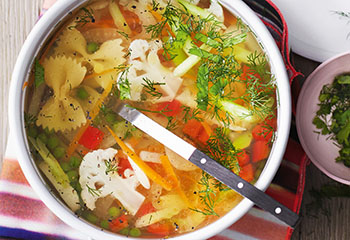 Gemüse-Nudel-Suppe mit Kräutern Foto: © Monika Schürle