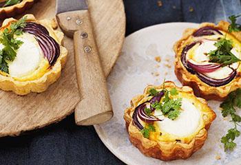 Käse-Tartelettes mit Zwiebel und Kräutern Foto: © Monika Schürle