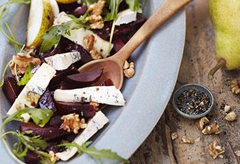 Birnen-Käse-Nuss-Salat mit roten Rüben Foto: © Monika Schürle