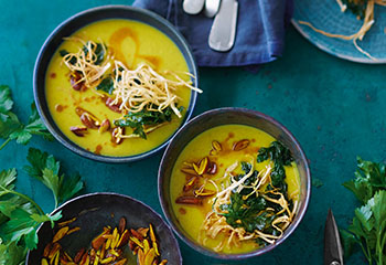 Curry-Sellerie-Suppe mit Mandeln und Selleriestroh Foto: © Janne Peters