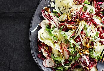Fenchel-Radicchio-Radieschen-Salat mit Nüssen Foto: © Thorsten Suedfels