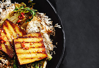 Geräucherter Tofu mit Reis und gebratenem Salat Foto: © Thorsten Suedfels