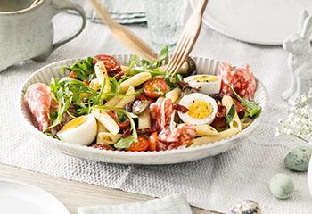 Nudelsalat mit Ei, Tomaten, Pilzen und Salami Foto: © Wolfgang Schardt