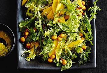 Kräuter-Mango-Salat mit gerösteten Kichererbsen Foto: © Thorsten Suedfels