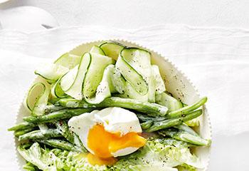 Fisolen-Gurken-Salat mit pochiertem Ei Foto: © Thorsten Suedfels