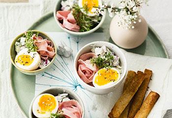 weiche eier mit gurkensalat und schinken frisch gekocht. Black Bedroom Furniture Sets. Home Design Ideas