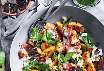 Mozzarella-Salat mit Prosciutto und Kräuter-Dressing Foto: © William Meppem