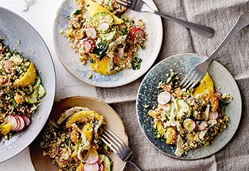 Bulgur-Quinoa-Salat mit Fenchel, Gurke, Radieschen und Mango Foto: © Janne Peters