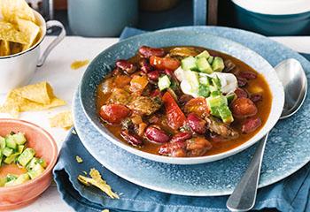 Chili mit Avocado-Gurken-Salsa und Tortillachips Foto: © Wolfgang Schardt