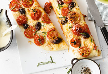 Tomaten-Oliven-Focaccia mit grünem Salat Foto: © Wolfgang Schardt