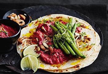 Tortillas mit Rote-Rüben-Hummus und Fisolen Foto: © Thorsten Suedfels