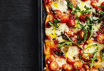 Tomatenpizza mit Kapern und Rucola Foto: © Thorsten Suedfels