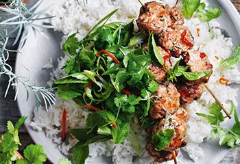 Koriander-Fleischbällchen mit Kräutersalat und Chilisauce Foto: © William Meppem