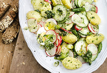 Erdäpfel-Radieschen-Gurken-Salat mit Pesto Foto: © Wolfgang Schardt