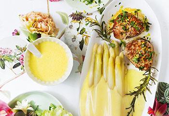 Spargel mit Sauce hollandaise und Schweinsmedaillons Foto: © Monika Schürle