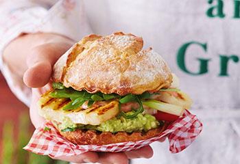 Halloumi-Burger mit Avocadomus und Chilimayo Foto: © Janne Peters