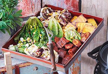 Gegrillter Salat mit Cevapcici und Räuchertofu Foto: © Janne Peters