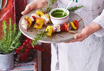 Gemüse-Feta-Spieße mit Kräutersauce Foto: © Janne Peters