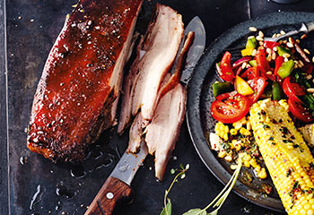 Würziger Schweinebauch mit Paprikasalat, Maiskolben und Thymian-Chili-Butter Foto: © Thorsten Suedfels