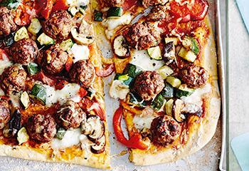 Meatball-Pizza mit buntem Gemüse Foto: © Thorsten Suedfels