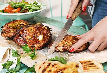 Spicy Schweinssteaks mit Tomaten-Marillen-Salat Foto: © Thorsten Suedfels