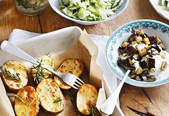 Braterdäpfel mit Chinakohl-Salat und Melanzani-Dip Foto: © Monika Schürle
