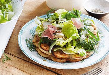 Käsewaffeln mit Salat und Schinken Foto: © Monika Schürle