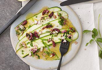 Zucchini-Carpaccio mit Oliven-Anchovis-Vinaigrette Foto: © Monika Schürle