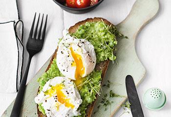 Erbsenbrot mit pochierten Eiern und Tomatensalat Foto: © Wolfgang Schardt