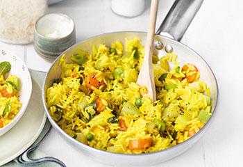 Gemüse-Reis-Pfanne mit Minzejoghurt Foto: © COPYRIGHT