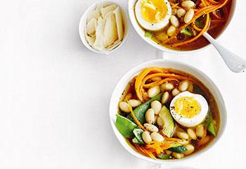 Gemüse-Bohnen-Suppe mit Ei Foto: © Thorsten Suedfels