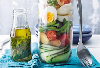 Garnelen-Salat mit Eiern, Oliven und Rucola Foto: © Nikolai Buroh