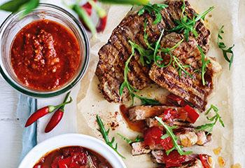 Steaks mit Paprikachutney und scharfer Chilisauce Foto: © Ben Dearnley