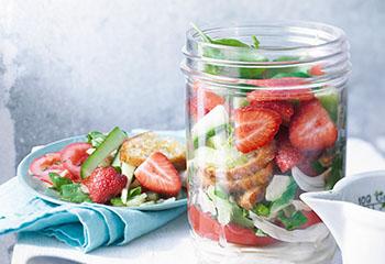 Mediterraner Brotsalat mit Tomaten, Fenchel und Erdbeeren Foto: © Nikolai Buroh