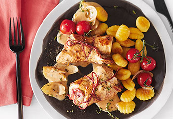 Huhn-Paprika-Röllchen mit Tomaten und Gnocchi Foto: © Wolfgang Schardt
