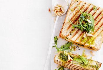Avocado-Sandwich mit Kräuterpesto und Rucolasalat Foto: © Thorsten Suedfels